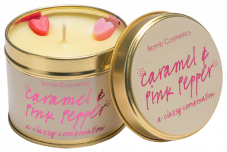 Fotografie Bomb Cosmetics Karamel a růžový pepř Vonná přírodní, ručně vyrobena svíčka v plechové dóze hoří až 35 hodin
