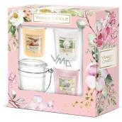 Yankee Candle Garden Hideaway Sunny Daydream - Sne?ni? za slunec?ne?ho dne + Camellia Blossom - Kamélie + Sweet Honeycomb - Sladká medová plástev vonná svíčka votivní 3 ks + svícen, jarní dárková sada