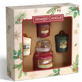 Yankee Candle Magical Christmas Morning Unwrap The Magic - Rozbalte kouzlo vonná svíčka Classic malá sklo 104 g + Singing Carols - Zpívání koled + Holiday Hearth - Sváteční krb + Surprise Snowfall - Sněhové překvapení vonná svíčka votivní 3 x 49 g, vánoční dárková sada
