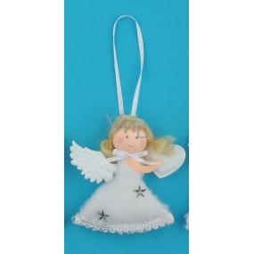 Anděl plyšový na zavěšení stříbrný srdce 10 cm