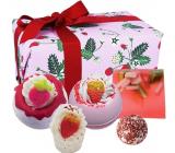 Bomb Cosmetics Plná jahod - Strawberry Feels Forever šumivý balistik do koupele 2 x 160 g + máslová kulička 30 g + máslový špalíček do koupele 50 g + glycerinové mýdlo 100 g, kosmetická sada